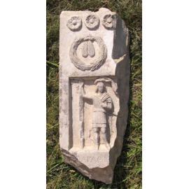 Мраморная плита с изображением воина (рельеф) в римском одеянии.