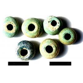 Низка бус — округлые поперечно-сжатые с непостоянными пропорциями из египетского фаянса светло-бирюзового цвета; округлая поперечно-сжатая из глухого стекла синего цвета.